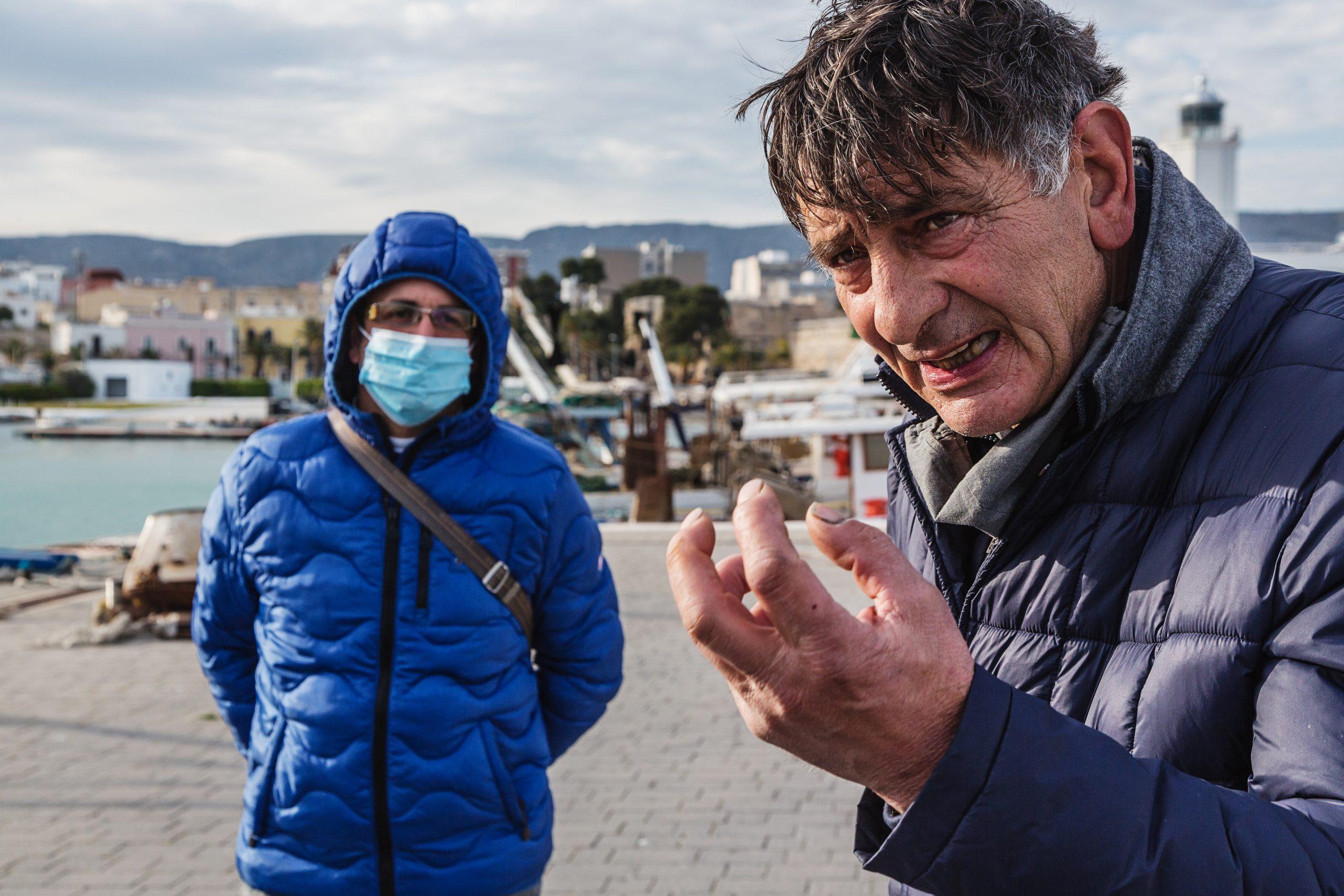Manfredonia, Porto - Michele Conoscitore (Pescatore) espone le problematiche dell'ambiente marino.