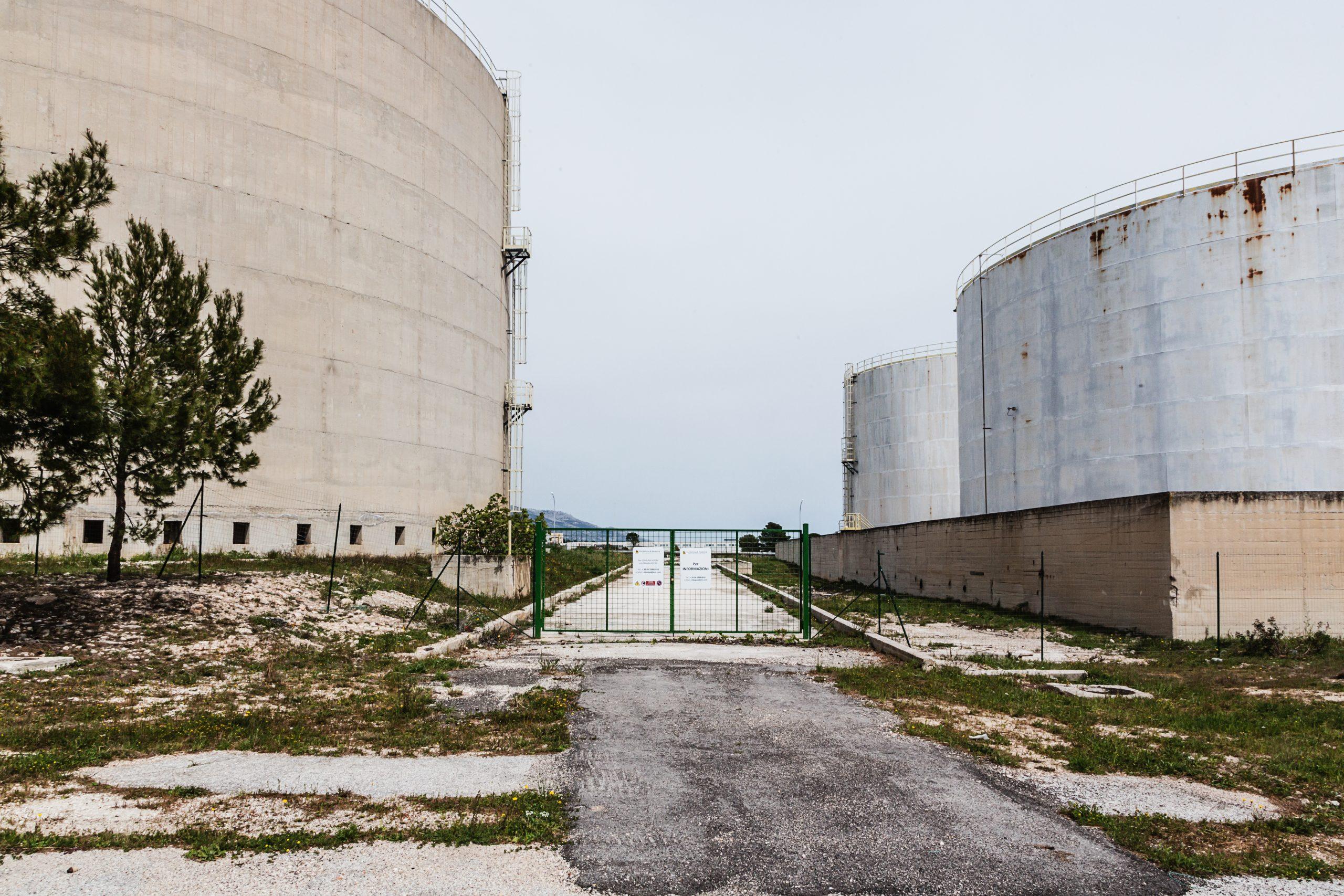 Manfredonia, zona industriale - torre in disuso dell'ex EnicChem.