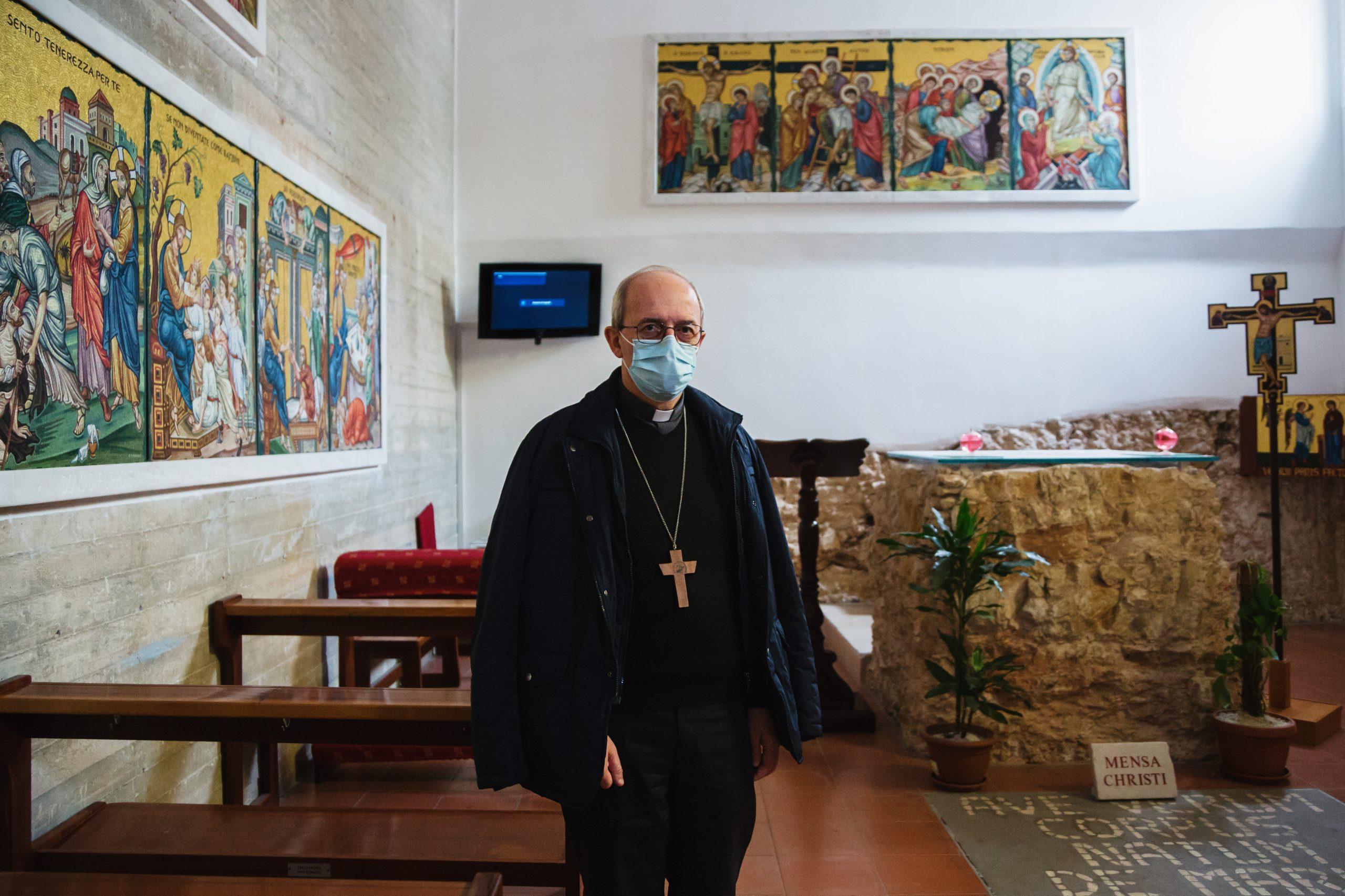 Manfredonia, Parrocchia Sacra Famiglia -L'Arcivescovo Franco Mosconenella cappella interna della parrocchia.