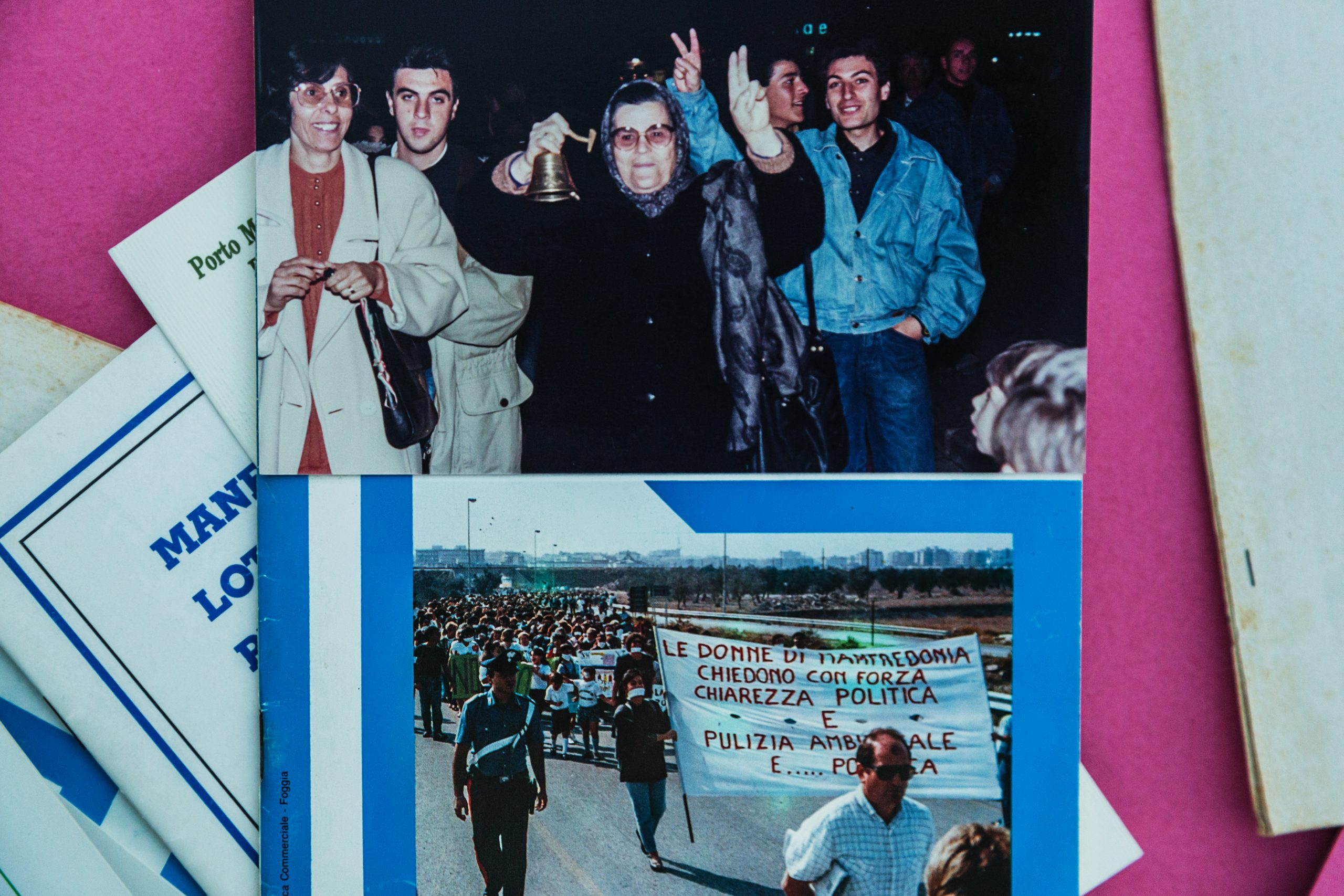 """Manfredonia - Foto storiche (diMimmo Guerra): sotto, movimento cittadino """"Donne di Manfredonia"""" in corteo contro le linee di condotta dell'EniChem. Sopra: foto di festeggiamenti durante le proteste."""